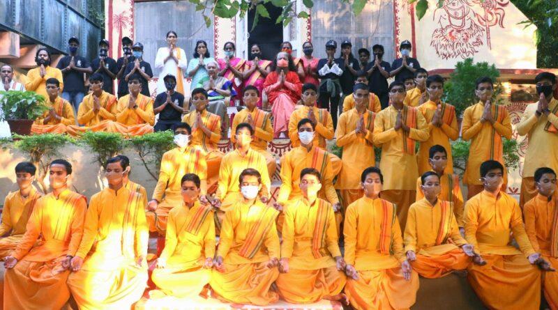संस्था के संस्थापक, पूज्यपाद महामण्डलेश्वर शुकदेवानन्द जी महाराज की ध्यान कुटिया में श्रीमती आनंदीबेन पटेल जी ने किया ध्यान